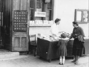 Könyvárusítás a művelõdési ház épülete előtt 1961-ben, az Ünnepi Könyvhéten